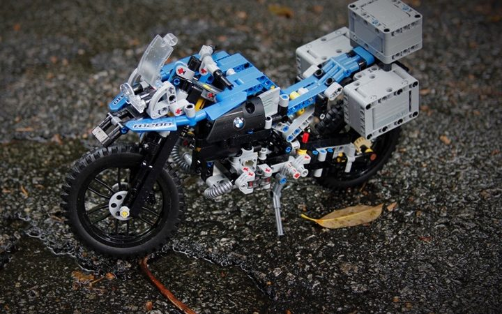 What is the difference between LEGO and LEGO Technic?
